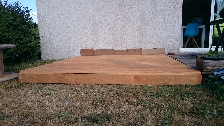 Une terrasse en bois faite maison, qui s'intègre très bien à la maison