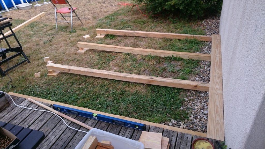 Dans ce tutoriel, voyez comment poser les bases pour une terrasse en bois faite maison
