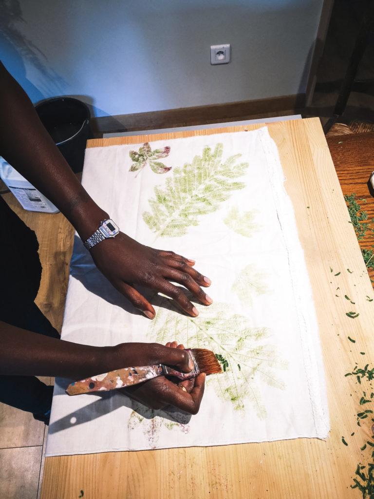 Une fois que les empreintes de feuilles sont sur le tissus, il faut retirer l'excédent de feuilles.