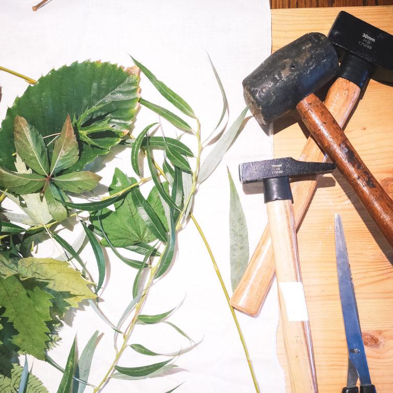 Le matériel nécessaire pour réaliser ce DIY tatakizomé (impression végétale sur tissus)
