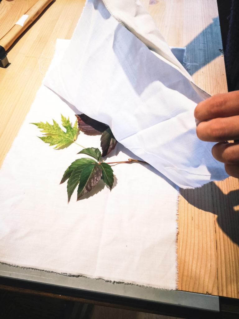Placez les feuilles entre ses tissus et créez l'impression qui vous ressemnble