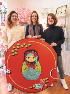L'équipe de couturières et créatrices de Mailletriochkas : Cyndi, Chloé et Séverine