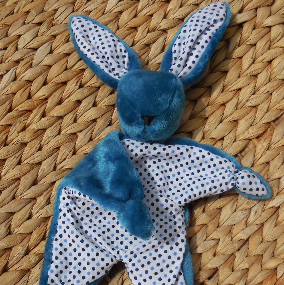 Un doudou lapin réalisé aussi à partir de chutes de tissus