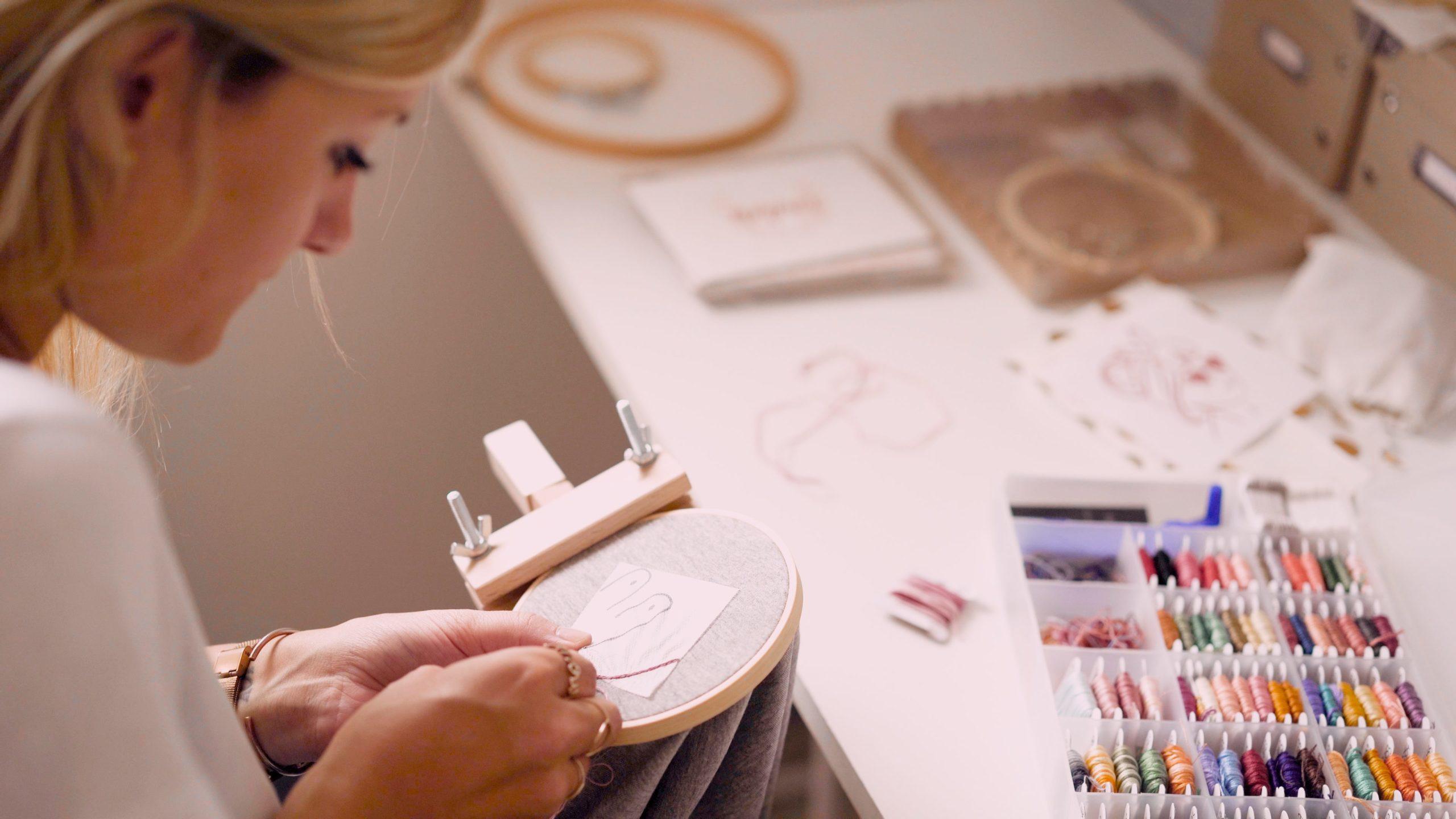 Laure, la fondatrice de la marque Lauremjoy, en pleine broderie dans son atelier