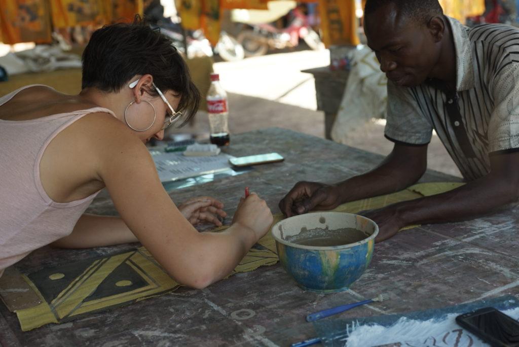 Chloé, des Tisseuses d'idées, expérimente la création des motifs pour le tissus bogolan