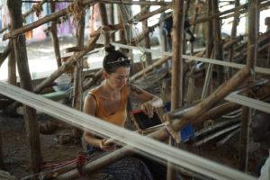 Louna, des Tisseuses d'idées, participe au tissage de tissus