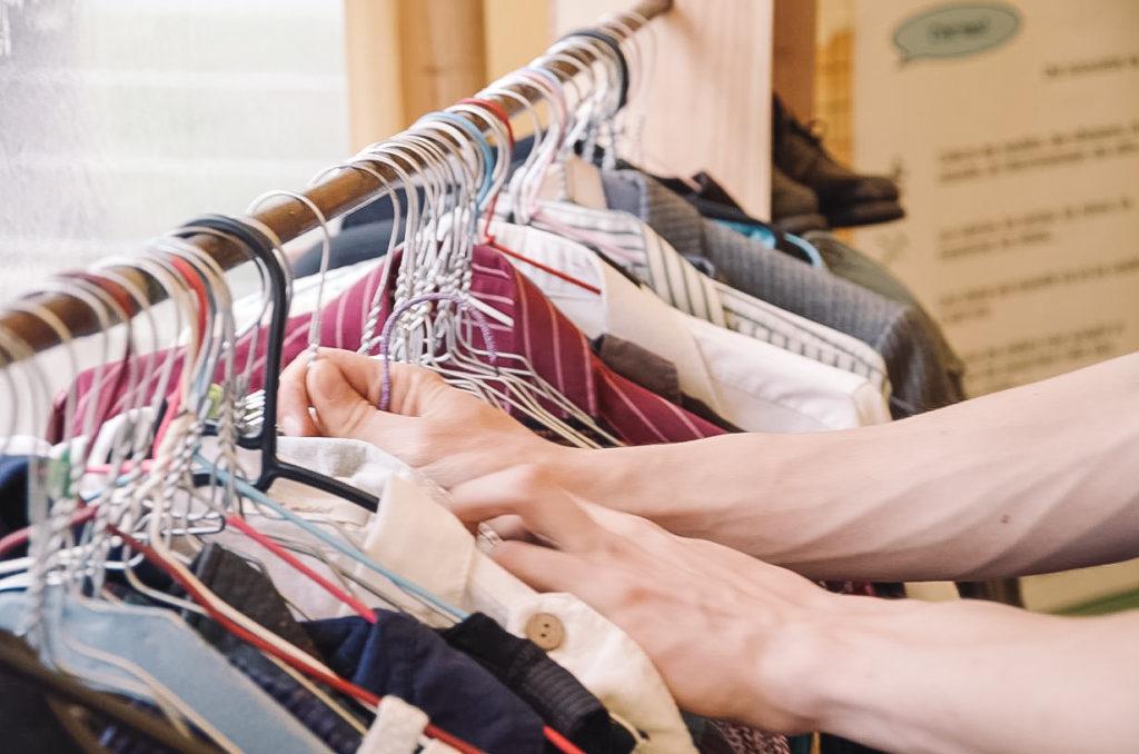 Des vêtements de seconde main sont en vente à la ressourcerie du Tri sera top