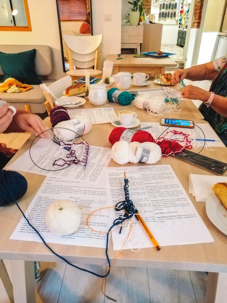 Chez Nuage de Laine, des ateliers d'initiations au tricot sont animés par Audrey