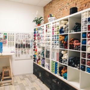 Nuage de laine propose aussi un espace de vente de matériel pour le tricot et le crochet