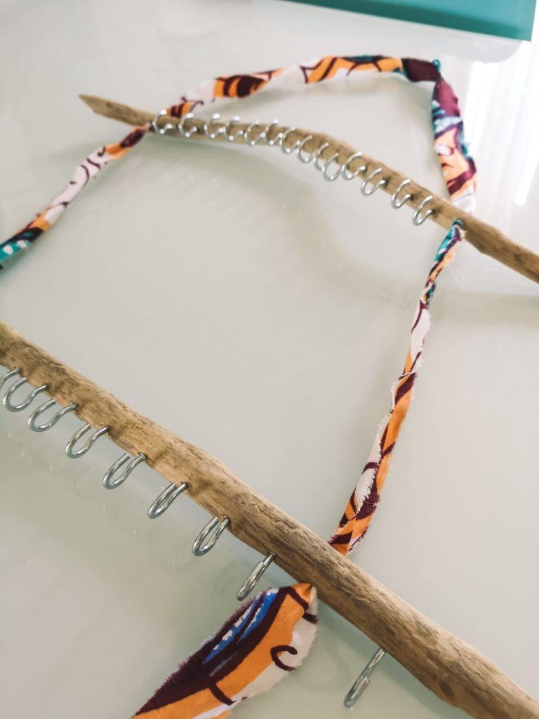 DIY : fixez les crochets pour votre orte bijoux