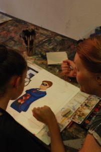 Emmanuelle, créatrice des Bonobeaux Arts, encadre les participants pour réaliser leurs travaux DIY.