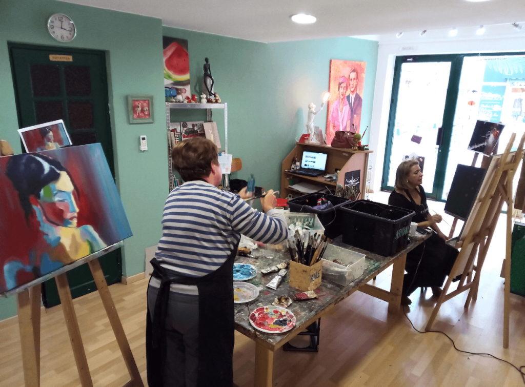 Aux Bonobeaux Arts, les adultes aussi peuvent participer aux ateliers. Ici, une session peinture.