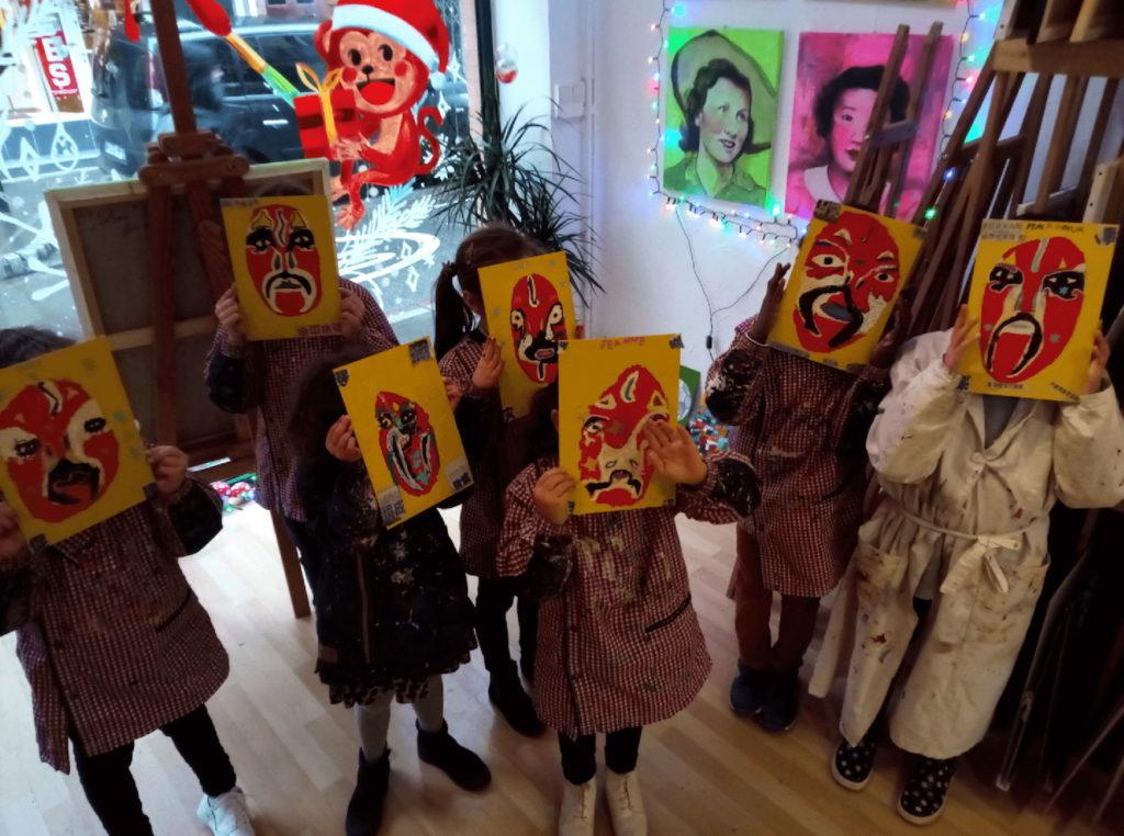 La fierté des enfants quand ils peuvent admirer le résultat de leur atelier peinture aux Bonobeaux Arts Toulouse.