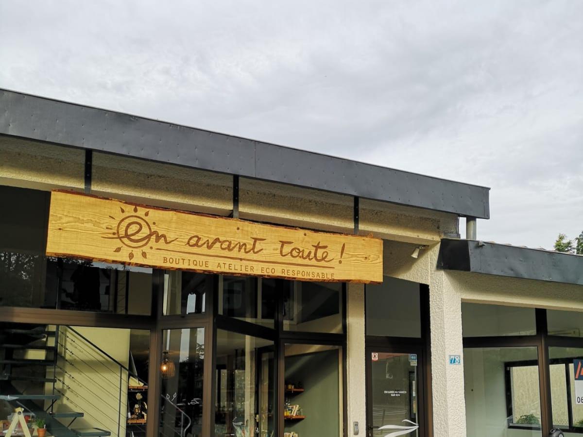 La devanture de la boutique vrac et ateliers zéro déchet de En avant toute, à Ramonville.