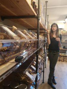 """Marion, fondatrice de la boutique zéro déchet """"En avant toute"""" à Ramonville, aussi un espace pour des ateliers DIY"""