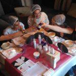 Les ateliers DIY des Aiguilleuses sont variés. Ici, un moment pour apprendre à créer ses cosmétiques maisons.