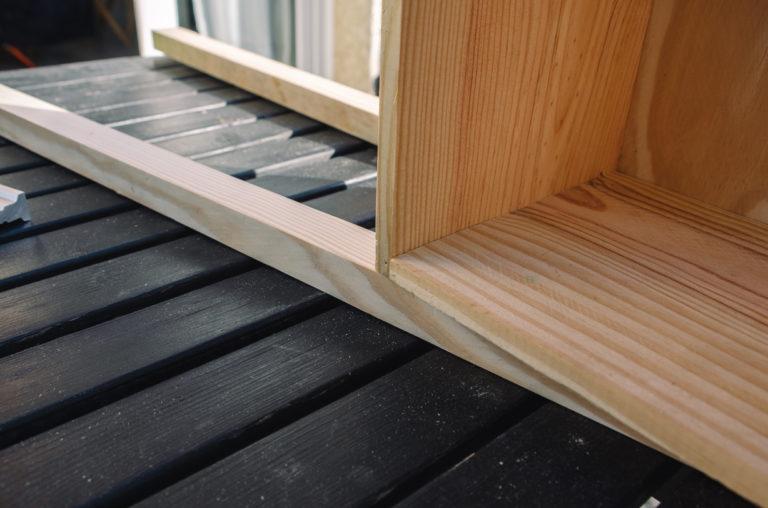 Positionnez la caisse sur les tasseaux en suivant les étapes du tutoriel pour la table de chevet