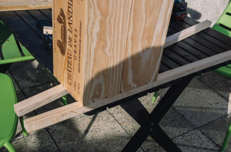 Pour le tutoriel de la table de chevet, aidez-vous des caisses pour prendre les mesures