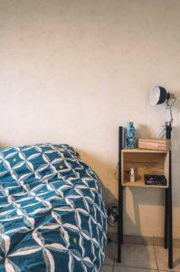 Bricolage facile à faire à la maison pour une table de chevet en récupération