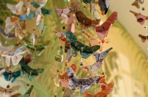 Le concept d'Art Tea Shop est de mettre en avant les créateurs locaux : comme ici, avec ces guirlandes d'origami #toulousecreative