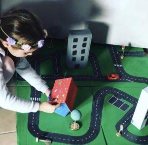 Emma prend le temps d'aménager son parking fait-maison et réalisé en carton
