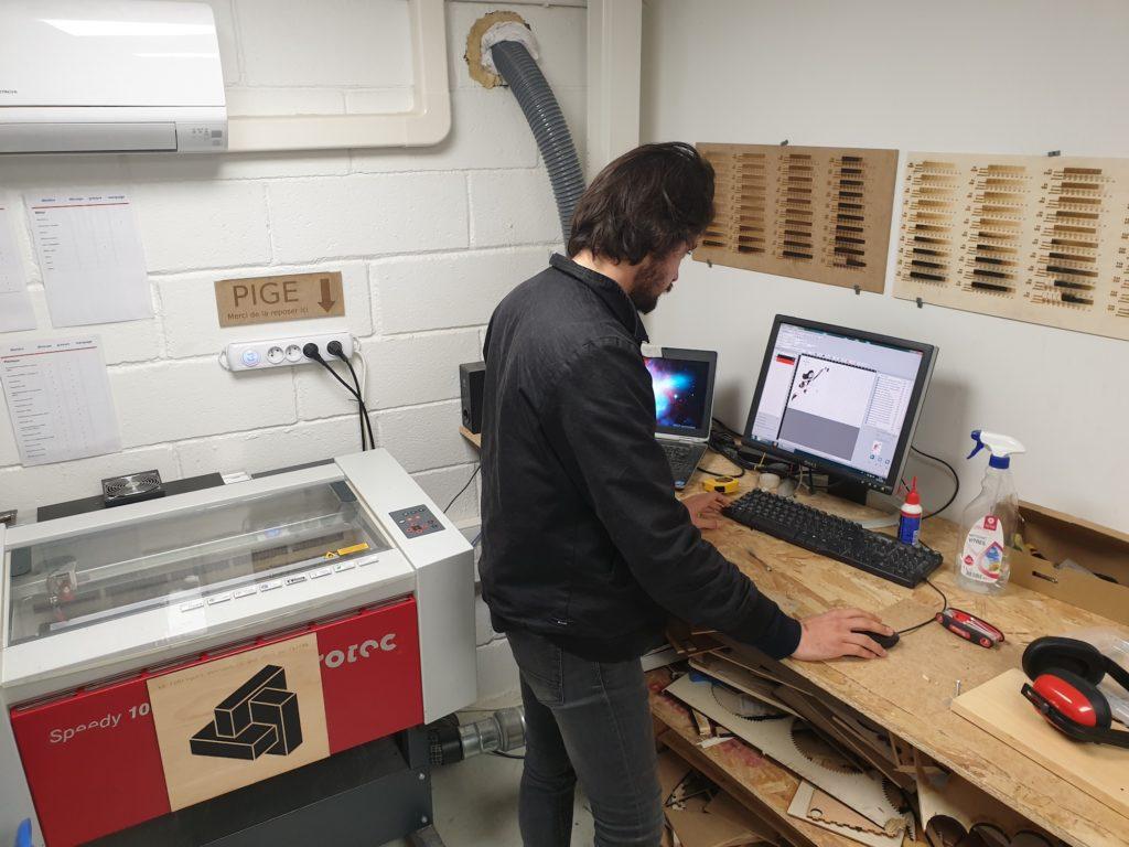 Antoine, au Fabriquet, en train de régler ses impressions laser
