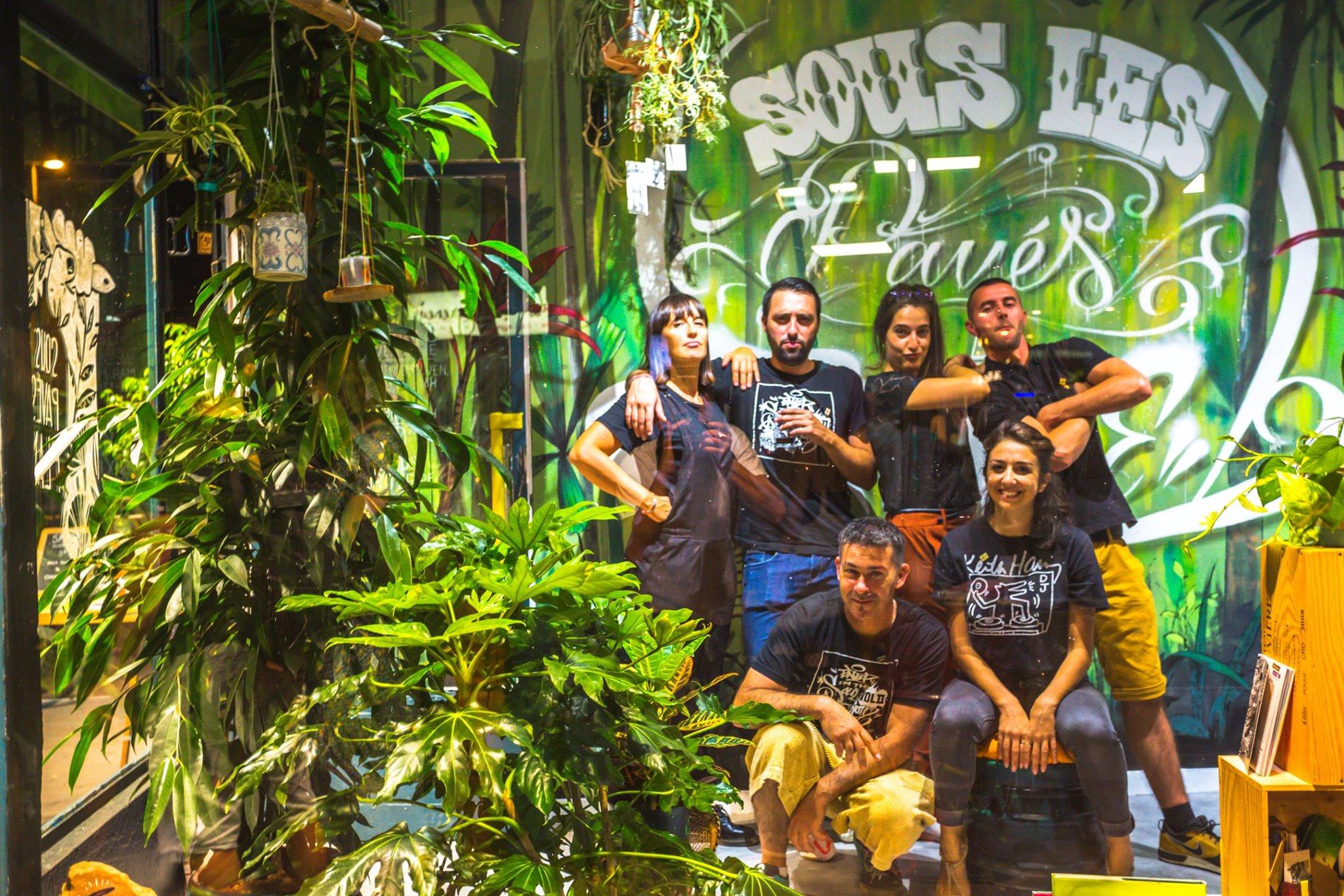 Le collectif Sous les pavés la plante au complet