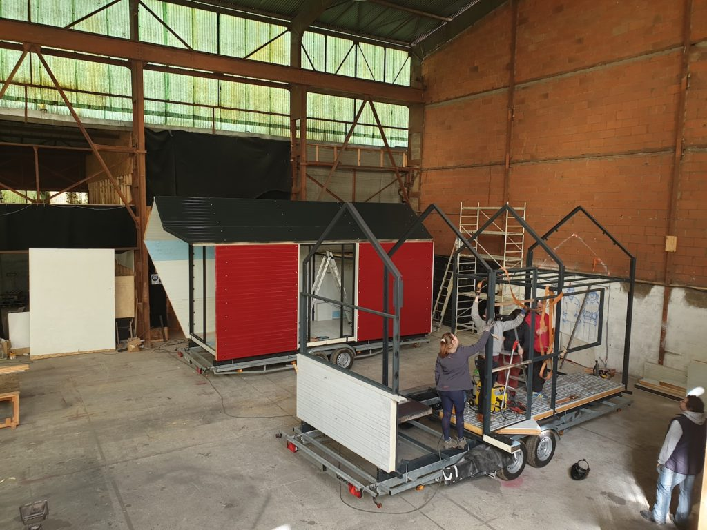 Un groupe de makers a investi la halle du Multiple à Toulouse pour réaliser un chantier participatif d'une tiny halle