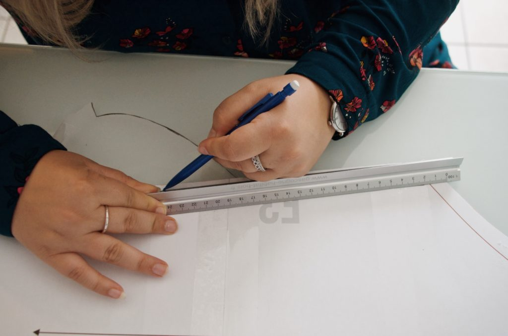 Coline, débutante en couture, découvre les ajustements sur les patrons pdf. Ici, sur la robe Raisin de Damn Good Caramel.