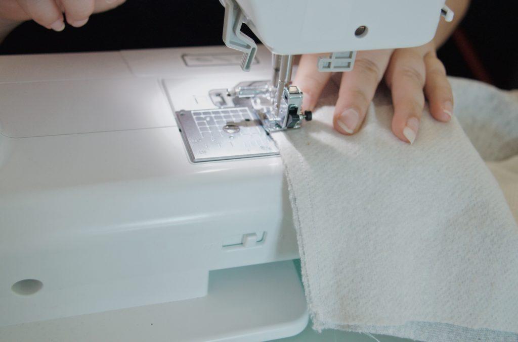 Les premières coutures qui donnent forme au vêtement sous nos mains.