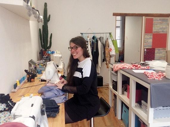 """Margot, fondatrice de la marque """"En couture Simone"""". Toulousaine de 28 ans, elle travaille pour des marques locales mais transmets son savoir-faire lors d'ateliers couture"""