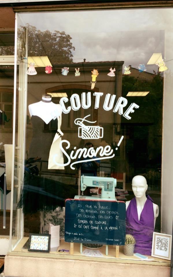 Premier café couture de Toulouse, Margot avait lancé En couture Simone. Aujourd'hui fermé, voici un aperçu de sa vitrine.