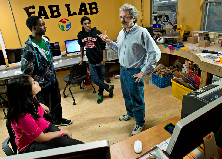 Niel Gershenfeld et ses étudiants du South End Technology Center de Boston (Fablab) en 2014