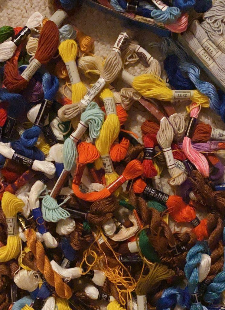 Moment de choisir les couleurs pour personnaliser notre sac : Les fils de broderie DMC et autres