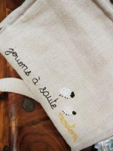 La personnalisation brodée faite par Cinthia du Mouton givré sur son sac isotherme 100% naturel