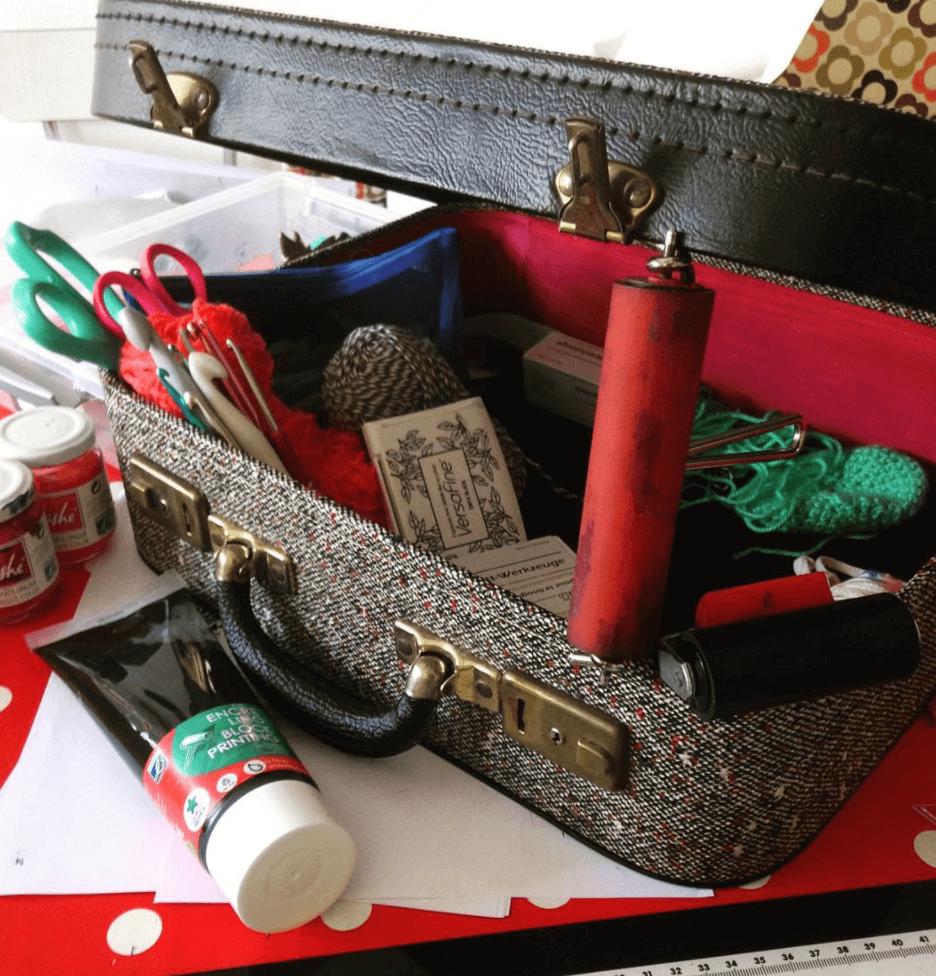 Une valise qui renferme le matériel créatif d'Isabelle de Motifs Valables
