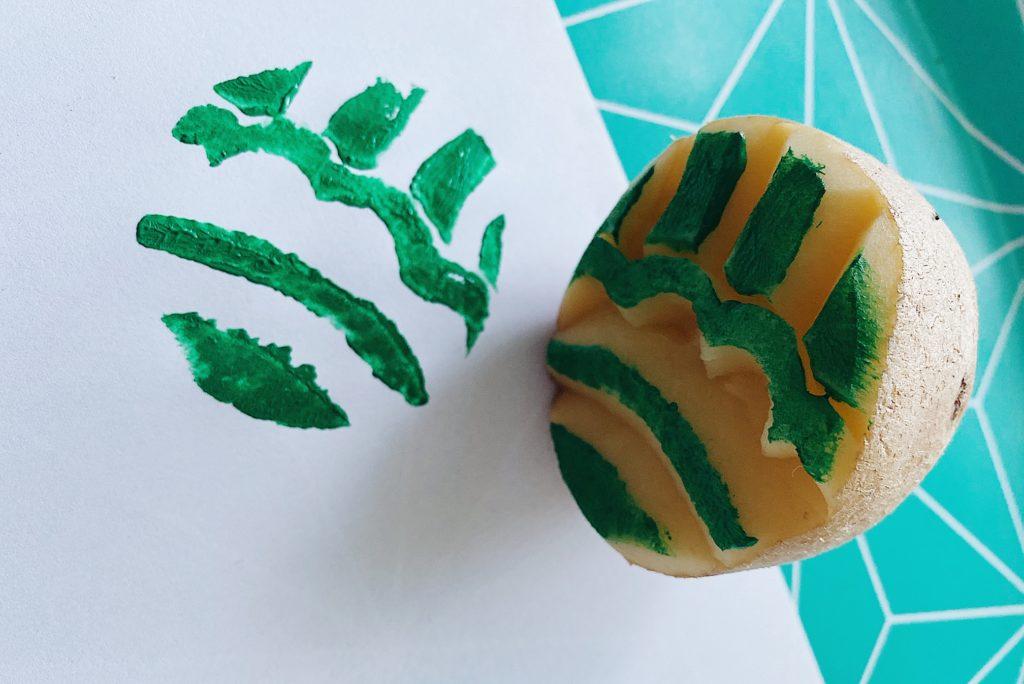 Quand l'outil est prêt et la peinture appliquée, ne reste plus qu'à imprimer avec son tampon pomme de terre fait avec Isabelle @motifsvalables
