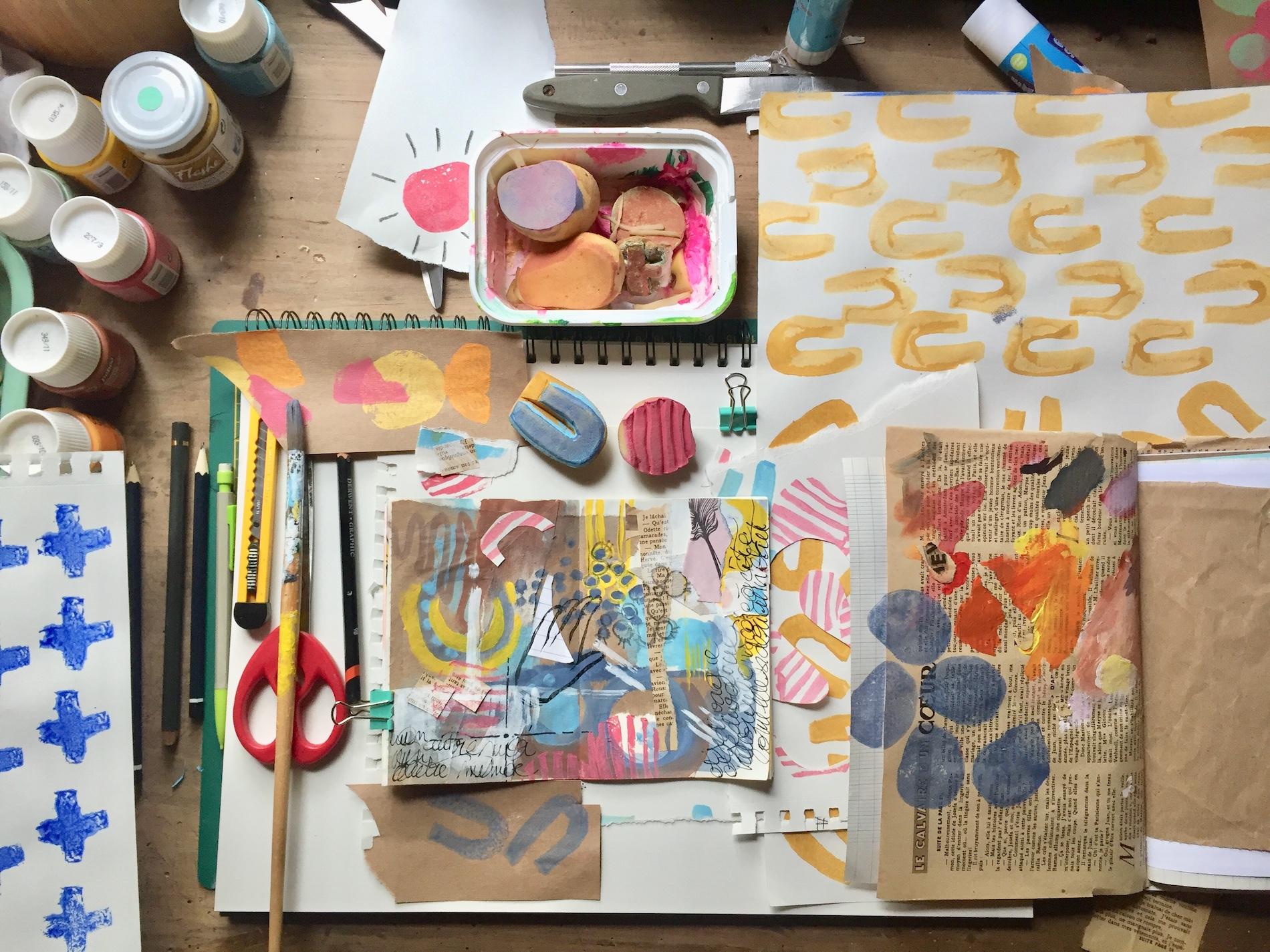 Le bureau d'Isabelle, alias @motifsvalables, pour un moment création.