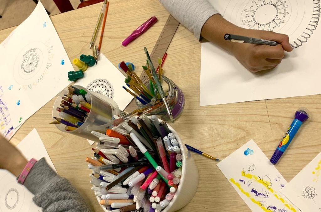Annabelle propose des ateliers autour du papier auprès de différents publics et pour tous les niveaux, à Toulouse.