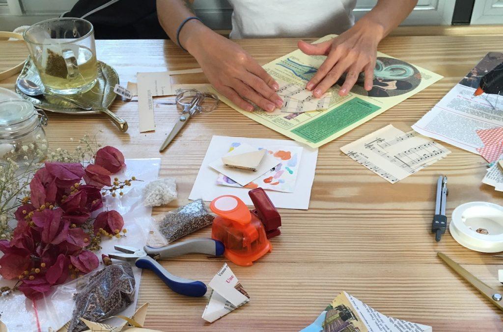 Les ateliers origami et fleurs séchées qu'anime l'Atelier La Nabelle dans différents espaces de Toulouse. Ici, sur la péniche du Moving Yoga.