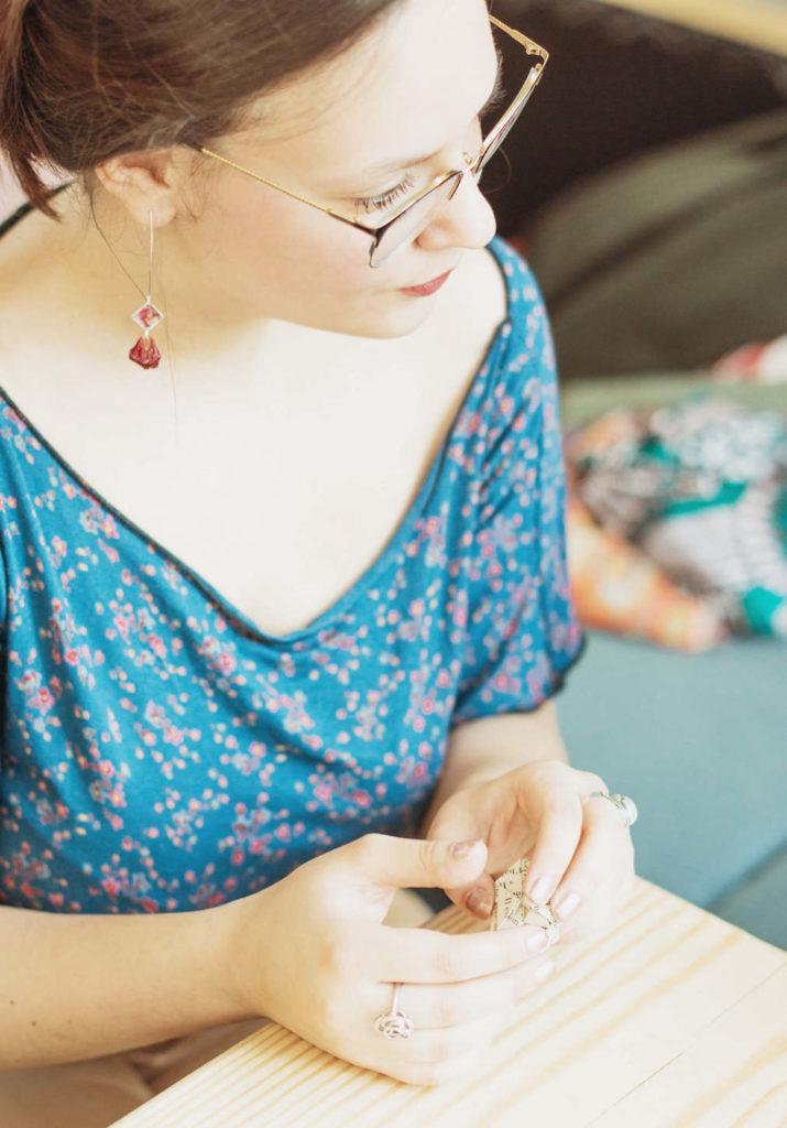 Portrait d'Annabelle, fondatrice de la marque de bijoux La Nabelle et de l'Atelier de La Nabelle. DIY Toulouse