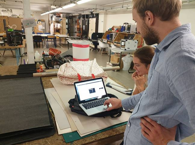 Antoine d'Hak Wallet utilise une découpe laser pour faire des portefeuilles originaux et en série.