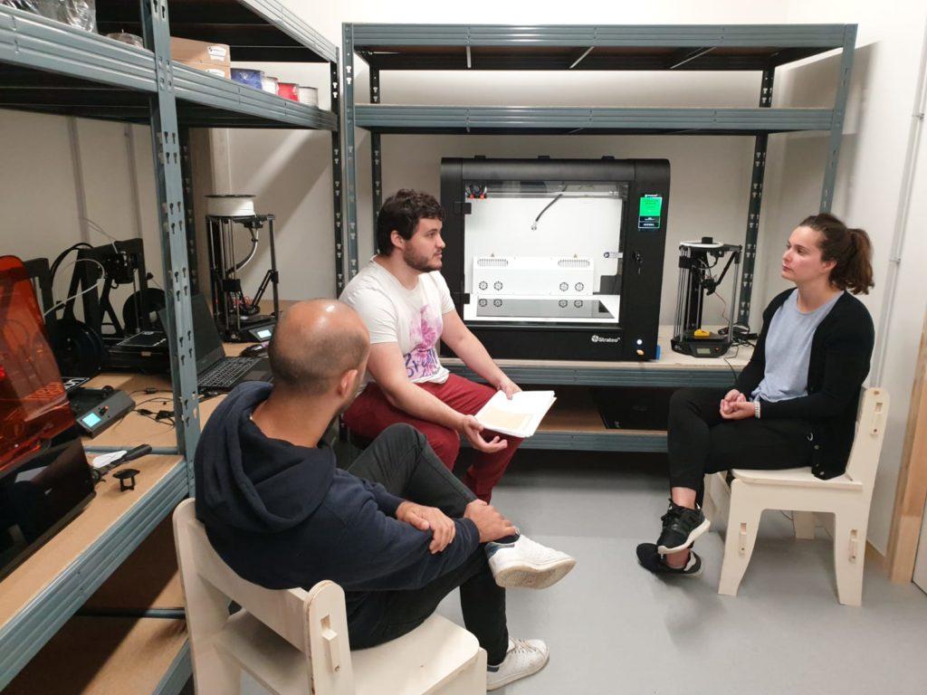Corentin, facilitateur au Roselab (fablab de la Cité), forme les futurs utilisateurs à l'imprimante 3D