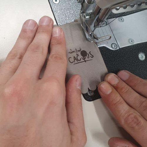 Une machine à coudre triple entraînement, ça coud le cuir.