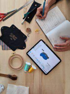 Textile x numérique : utiliser les machines des fablabs pour réaliser ses travaux de couture, sans couture, c'est possible. Antoine du Rambot du Cactus s'est rendu au Roselab, le fablab de La Cité (Montaudran) pour créer une trousse à stylos ! #toulousecreative