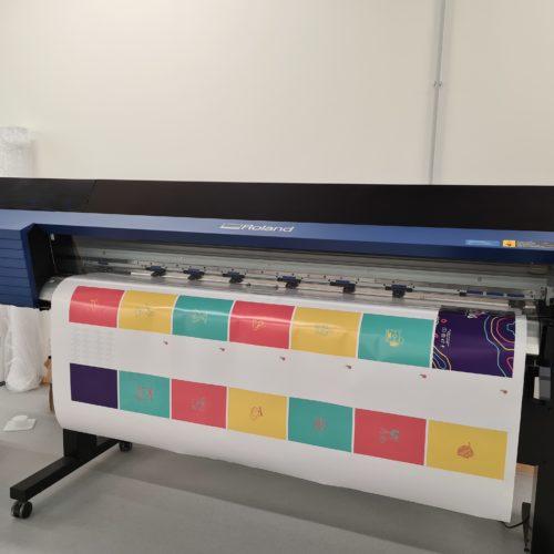Le traceur-plotter pour l'impression de mon carnet. Entre pages blanches logotypés et des pages très colorées comme je les aime !