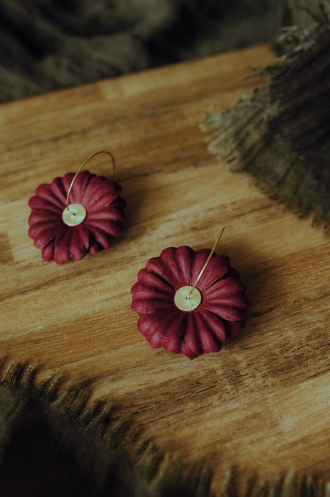 Les belle boucles d'oreilles fleurs en papier fabriquées par Diane d'Horticulture Papier.#Toulousecreative