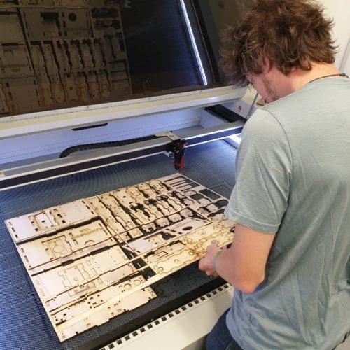 Romain d'Ocean Trotter optimisant ses découpes à la laser.