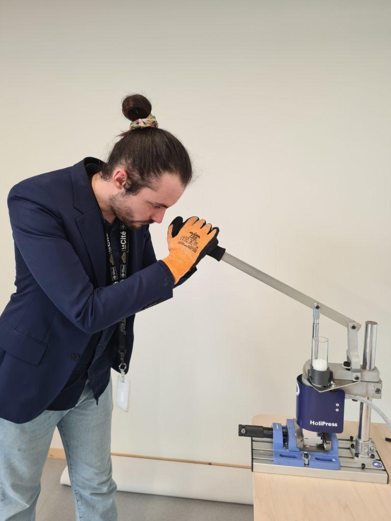 Test d'une presse à injection plastique.