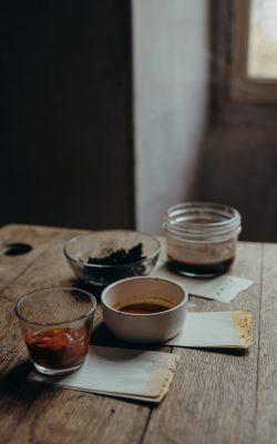 Les teintures végétales, simples à réaliser : du thé, du curry,...